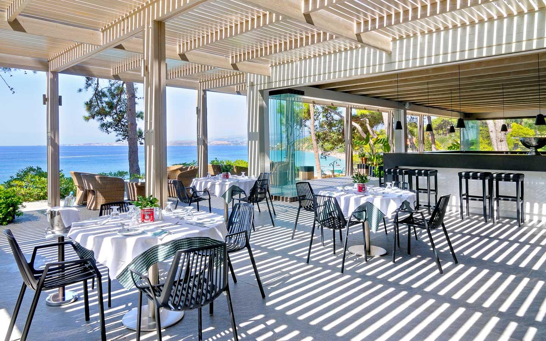 Lungomare restaurant in kefalonia white rocks hotel for Lungomare elevato